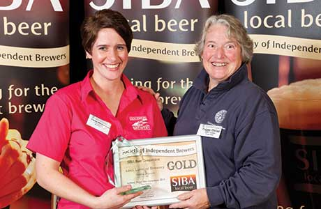 • Fiona MacEachern of Loch Lomond Brewery receives award from SIBA trustee Tuggy Delap.
