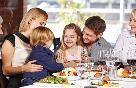 shutterstock_family in restaurant