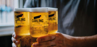 Man-carrying-four-pints-of-carling